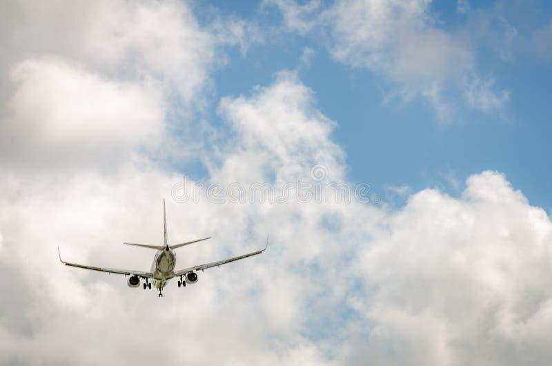 Самолет причаливая авиапорту и приземляясь в Майами стоковые изображения rf