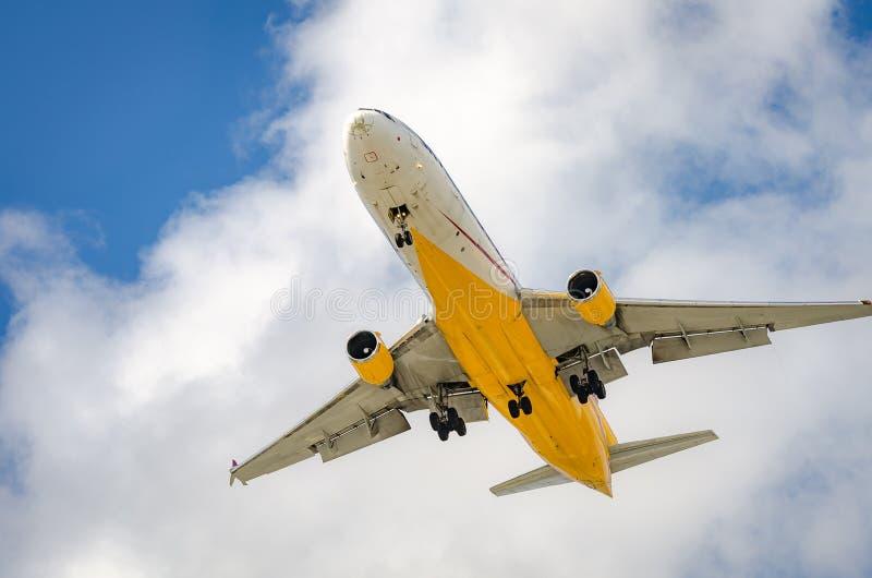 Самолет причаливая авиапорту и приземляясь в Майами стоковая фотография
