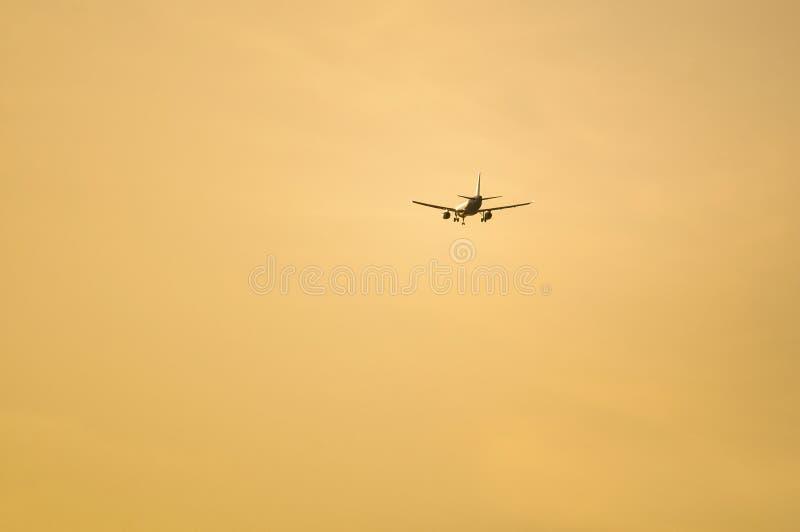 Самолет причаливая авиапорту стоковые изображения