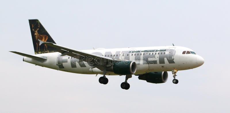 Самолет причаливая авиапорту стоковые фото
