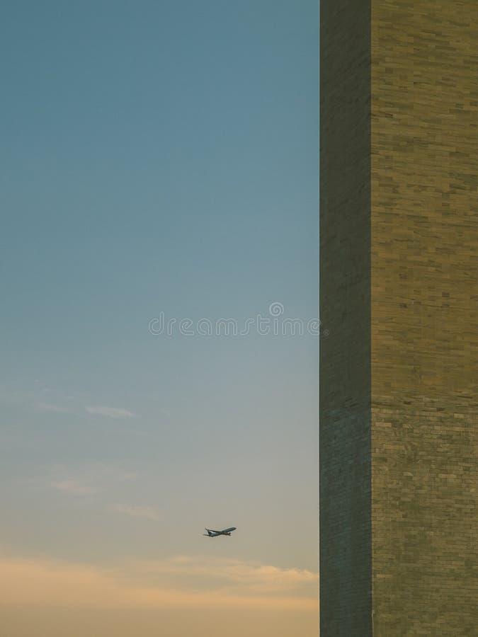 Самолет причаливая к памятнику Вашингтона стоковое фото rf