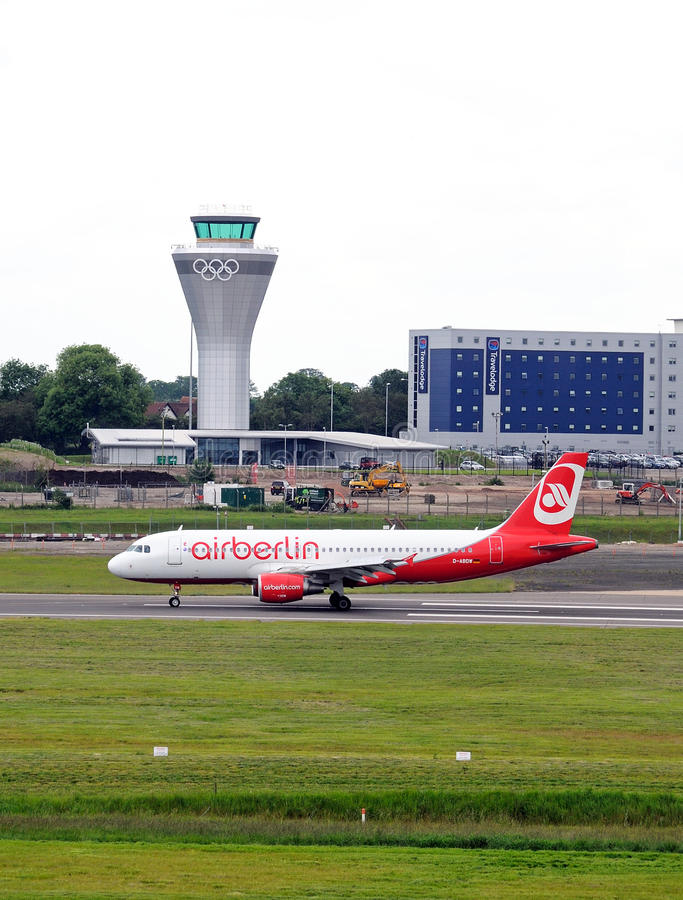 Самолет Air Berlin на авиапорте Бирмингема стоковая фотография rf