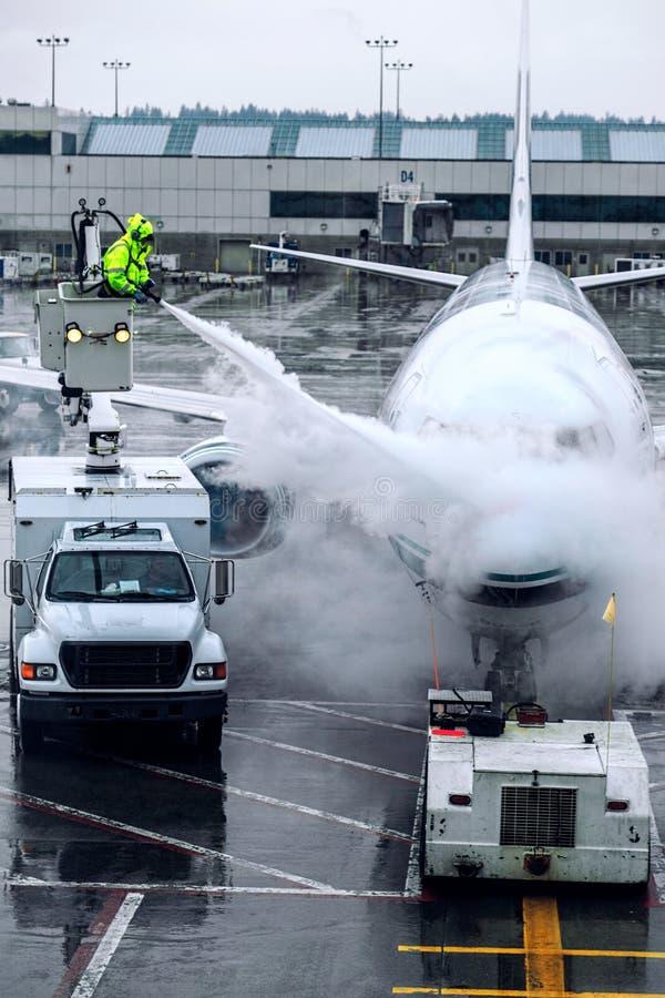 Самолет deicing от вертикали ведра стоковые изображения rf