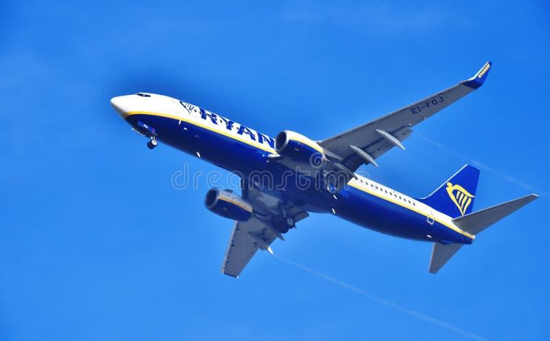 Самолет Ryanair причаливая авиапорту стоковые изображения rf