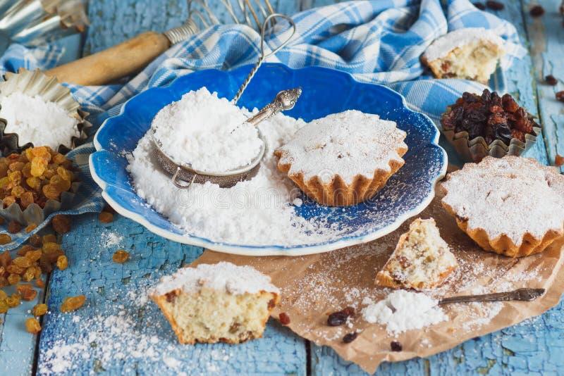 Самодельная выпечка: Пирожные с изюминками и порошком сахара стоковая фотография rf