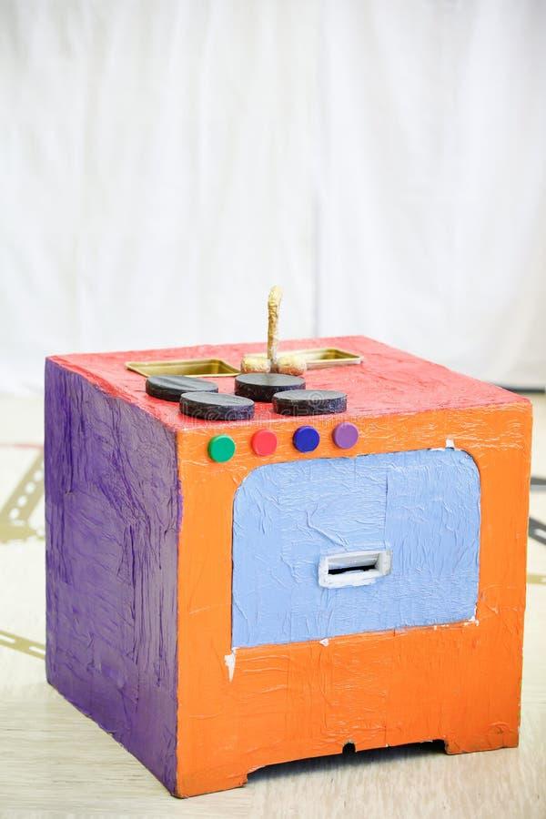Самодельная плита кухни, сделанная от бумажной коробки стоковое изображение rf