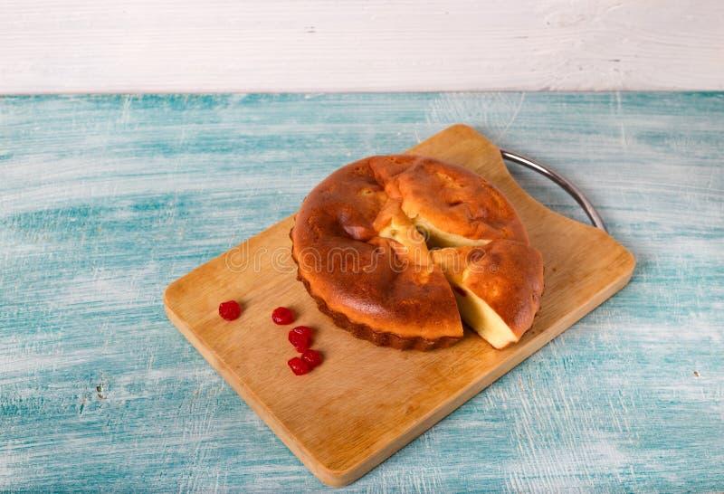 Самодельный пирог и несколько красных ягод близрасположенных стоковые изображения rf
