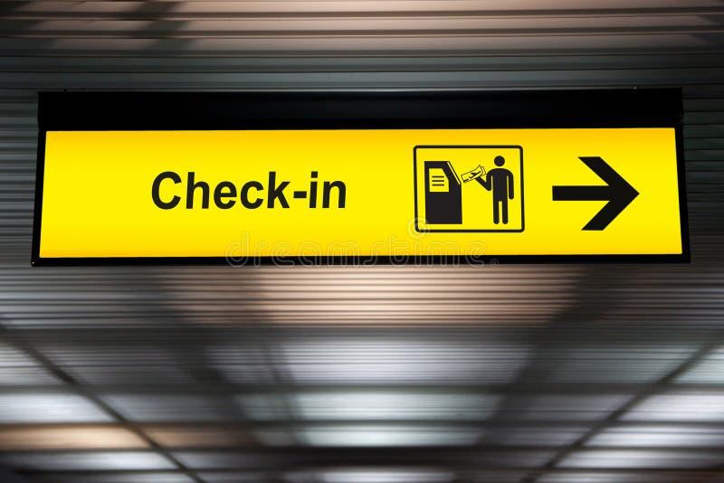 Само- проверите внутри знак дисплея экрана касания киоска взаимодействующий в аэропорте стоковое фото rf