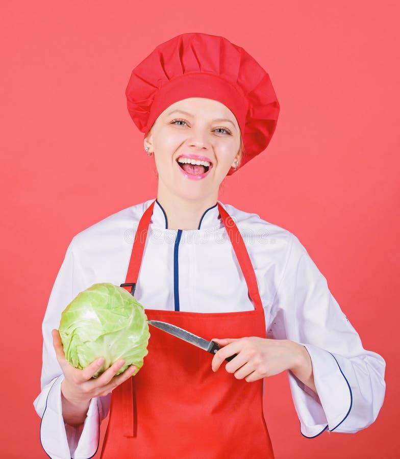 Самые лучшие ножи, который нужно купить Быть осторожным пока отрезанный Отрезанные овощи как шеф-повар Владением шеф-повара женщи стоковая фотография rf