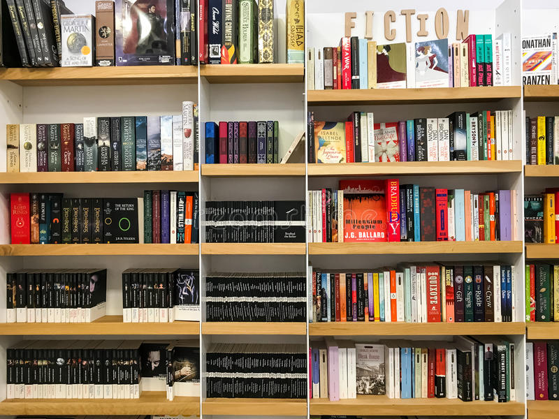 Самые последние английские известные романы небылицы для продажи в книжном магазине библиотеки стоковые фотографии rf