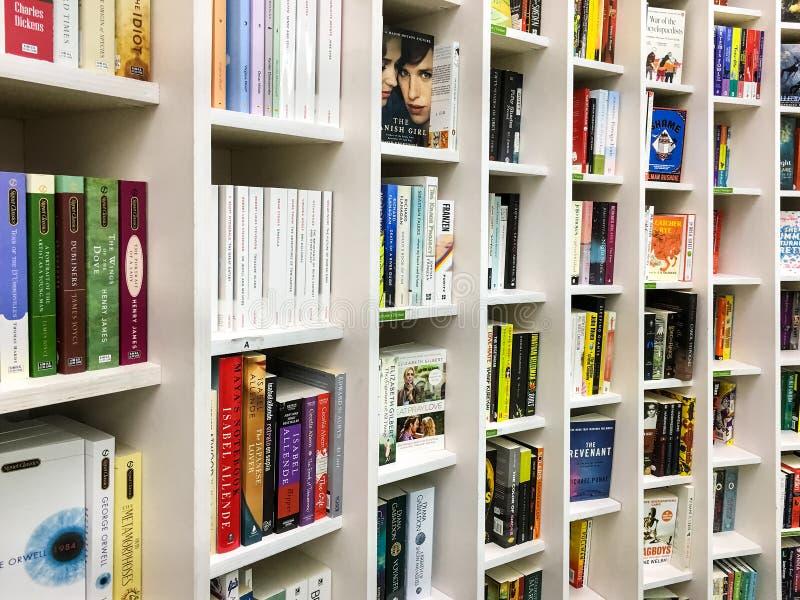 Самые последние английские известные романы для продажи в книжном магазине библиотеки стоковая фотография rf