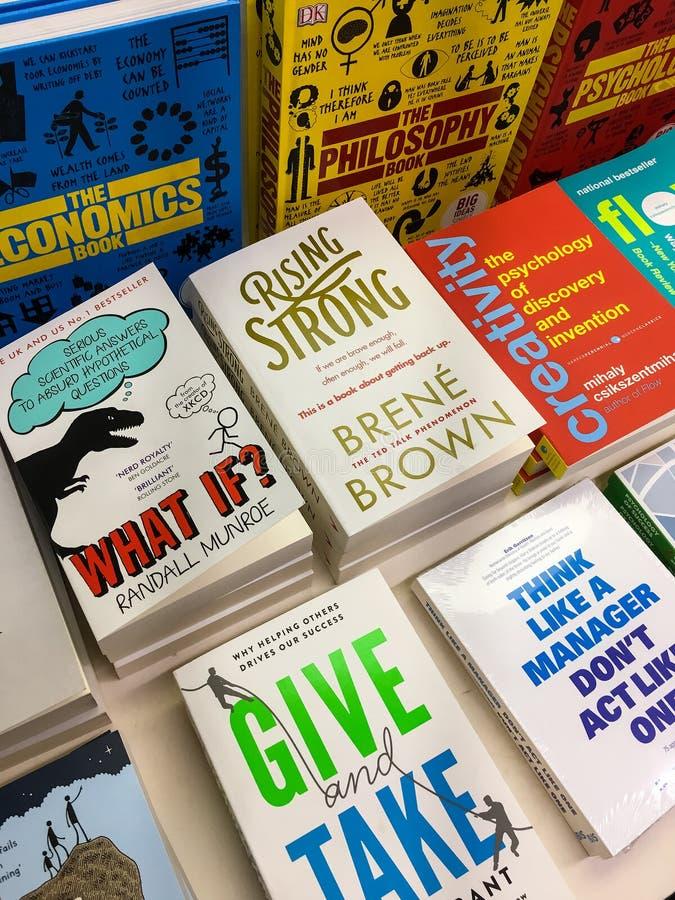 Самые последние английские известные романы для продажи в книжном магазине библиотеки стоковые фото
