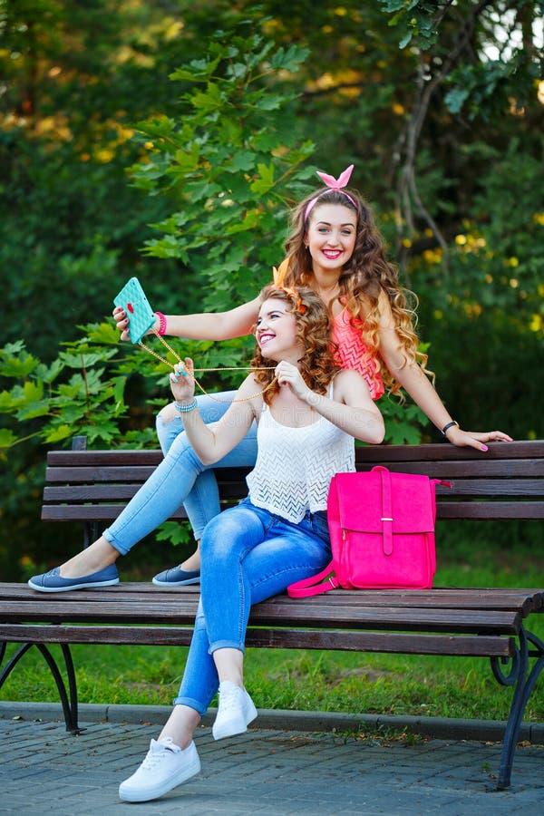 Самые лучшие подруги на стенде Фото в парке Selfies группы стоковое фото