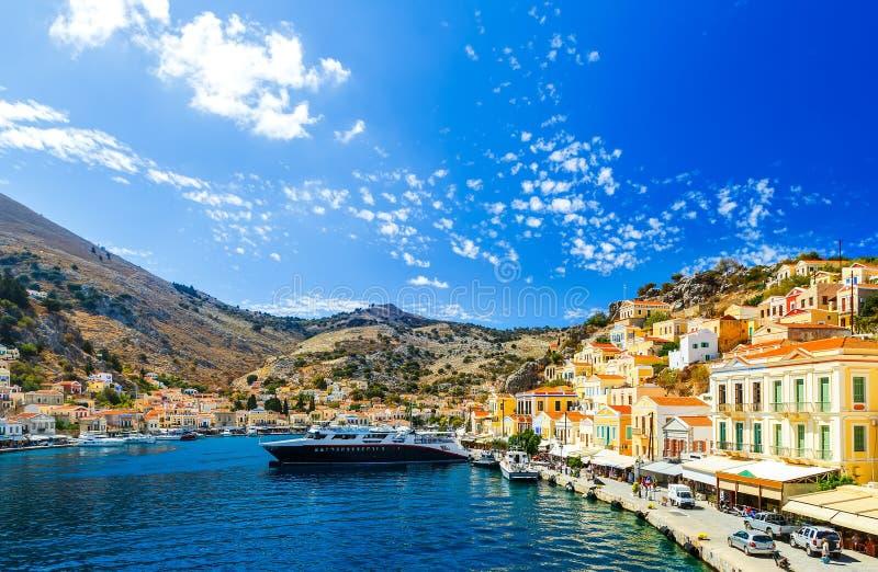 Самый большой корабль в порте Symi наглядный остров серий Греции, Dodecanes стоковое изображение