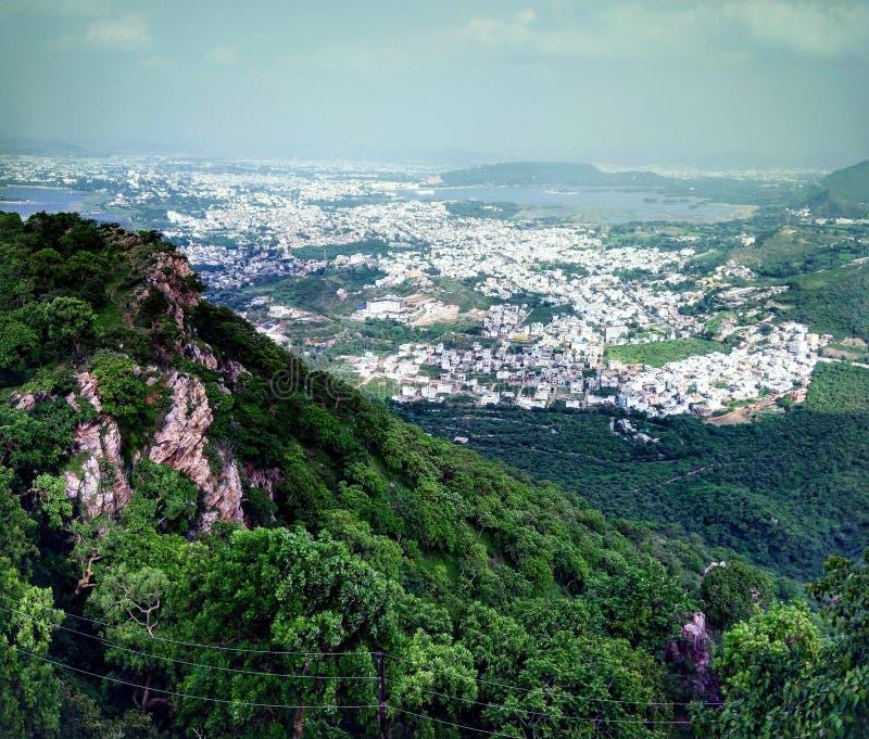 Самый верхний взгляд большой возвышенности озер и города горы, Udaipur Индии Royality с культурой стоковое фото rf
