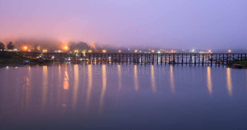 Самый длинный деревянный мост с туманом в утре стоковые изображения