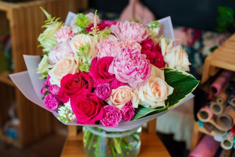 Самый красивый букет цветков от ветреницы поднял Narcissus эвкалипта тюльпана mattiola лютика на свадьба или праздник i стоковая фотография rf