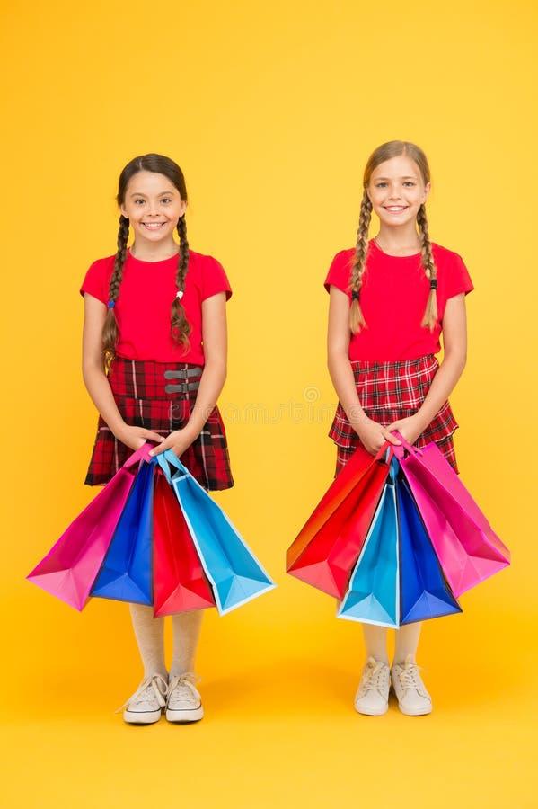Самый лучший день всегда Девушки с хозяйственными сумками r Покупки и приобретение : Продажа стоковые изображения rf