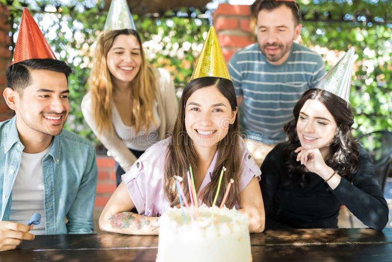 Самый лучший день рождения всегда с друзьями стоковое фото