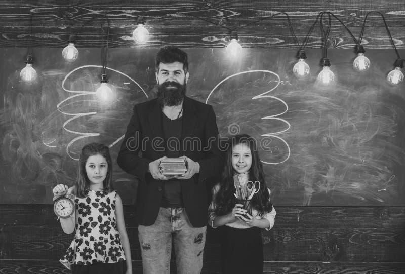 самый лучший учитель Зрачки учителя и девушек в классе, доске на предпосылке Дети и учитель с вычерченным мелом стоковые изображения rf