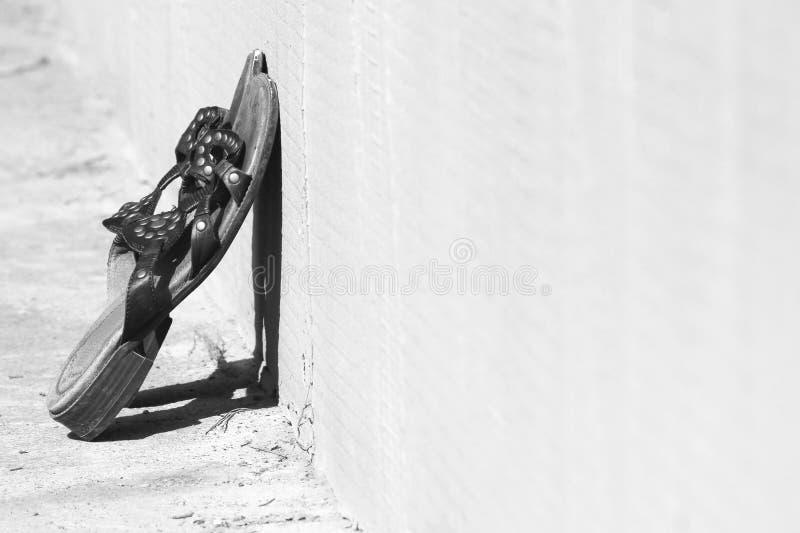 Сандалии на улице стоковое фото