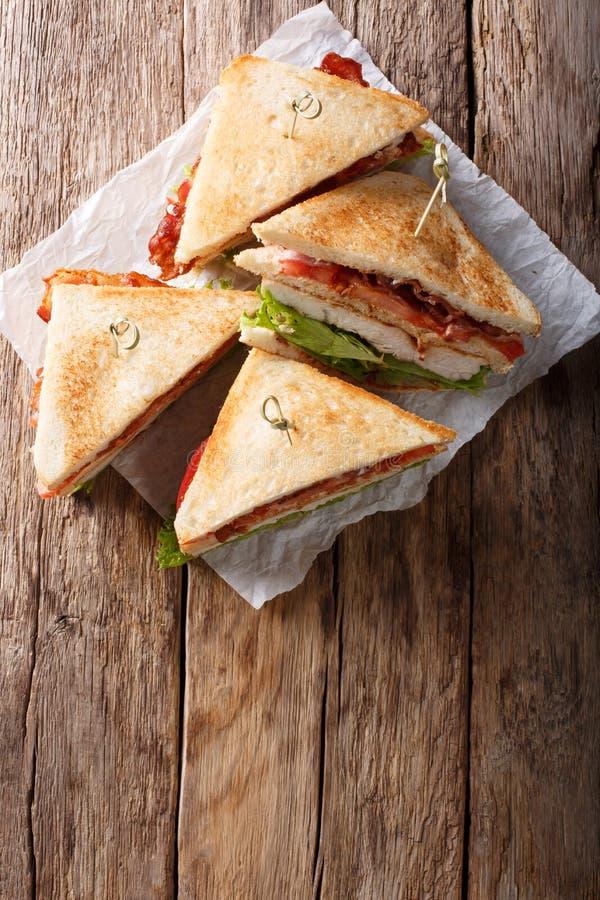 Сандвичи клуба с зажаренными мясом, беконом, и концом-вверх овощей стоковое изображение rf