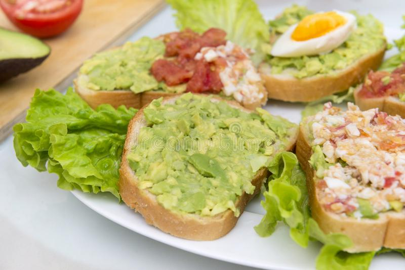 Сандвичи с авокадоом, томатом и яичком, вкусным здоровым завтраком стоковое фото rf