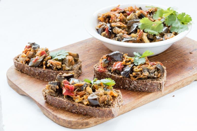 Сандвичи с листьями икры и кориандра баклажана стоковое изображение rf