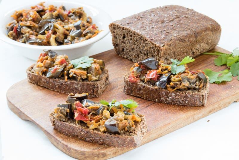 Сандвичи с листьями икры и кориандра баклажана стоковое фото