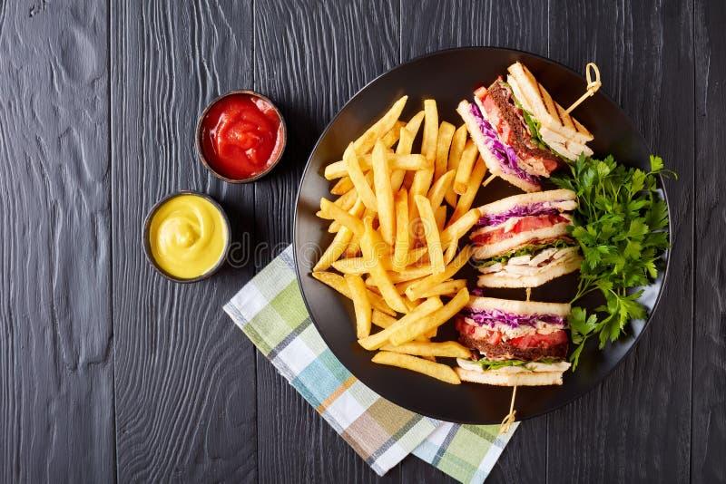 Сандвичи с французскими фраями, мустардом и кетчуп стоковые изображения rf