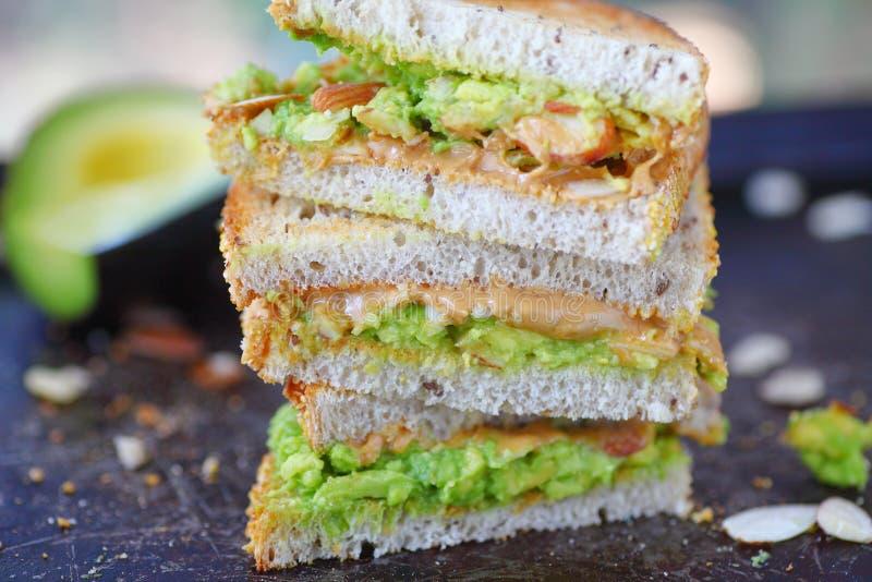 Сандвич арахисового масла авокадоа стоковое изображение rf