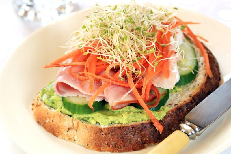 Сандвич ветчины и авокадоа стоковое изображение rf