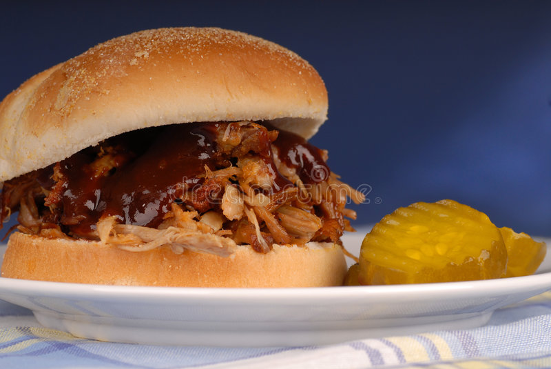 сандвич вытягиванный свининой стоковое изображение rf