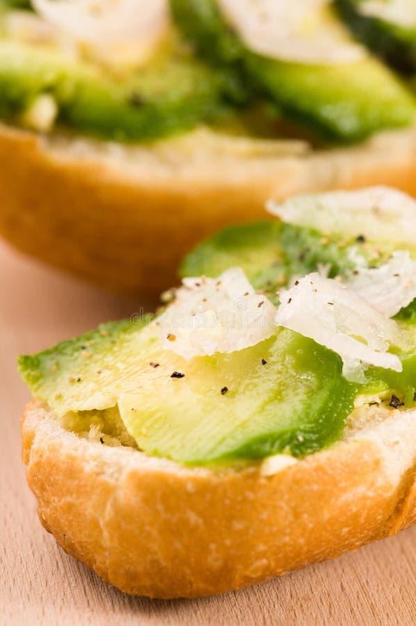сандвич доски авокадоа деревянный стоковое изображение rf