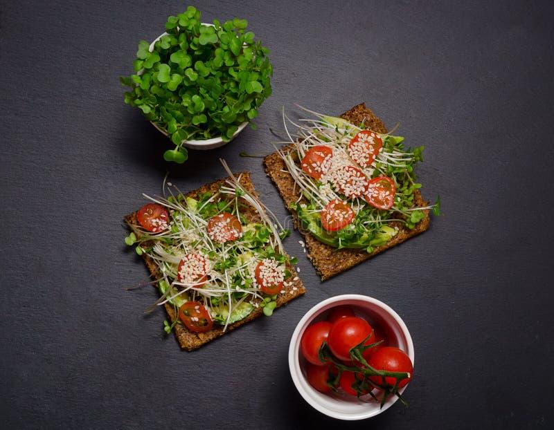 Сандвич здравицы авокадоа с коричневым хлебом здоровый сандвич еда здоровая Здоровый сандвич Vegan здравицы сандвич с авокадоом,  стоковое изображение