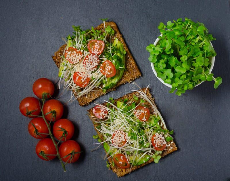 Сандвич здравицы авокадоа с коричневым хлебом здоровый сандвич еда здоровая Здоровый сандвич Vegan здравицы сандвич с авокадоом,  стоковые фотографии rf