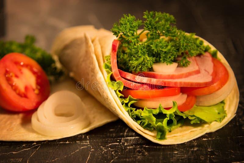 Сандвич зеленых цветов свежих овощей салата и копченого мяса стоковое фото rf
