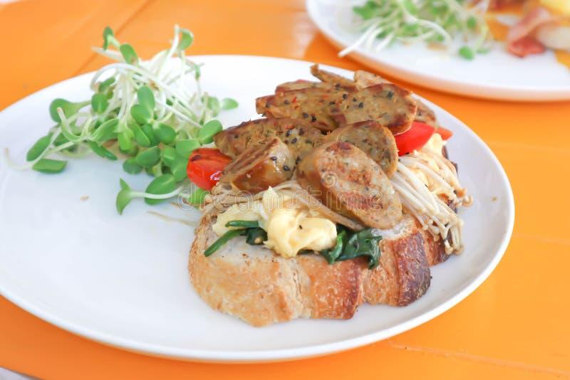 Сандвич или багет сосиски с отбензиниванием сосиски стоковые фото