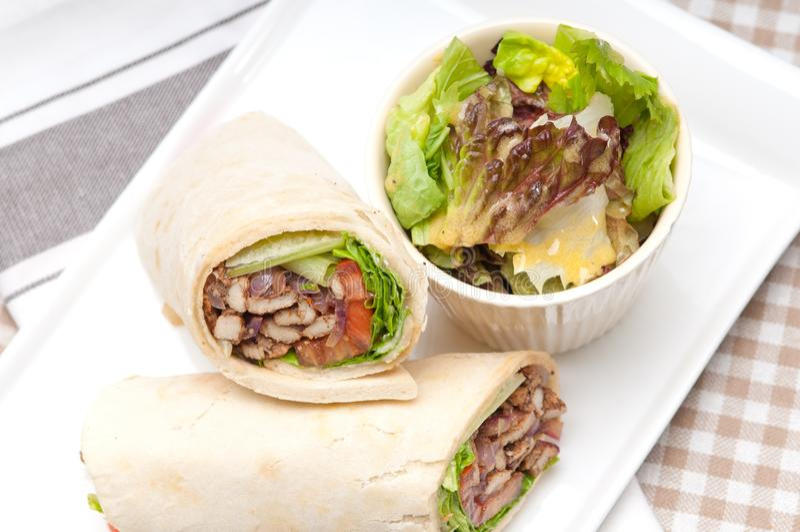 сандвич крена обруча пита цыпленка shawarma kafta 8660242 стоковое фото
