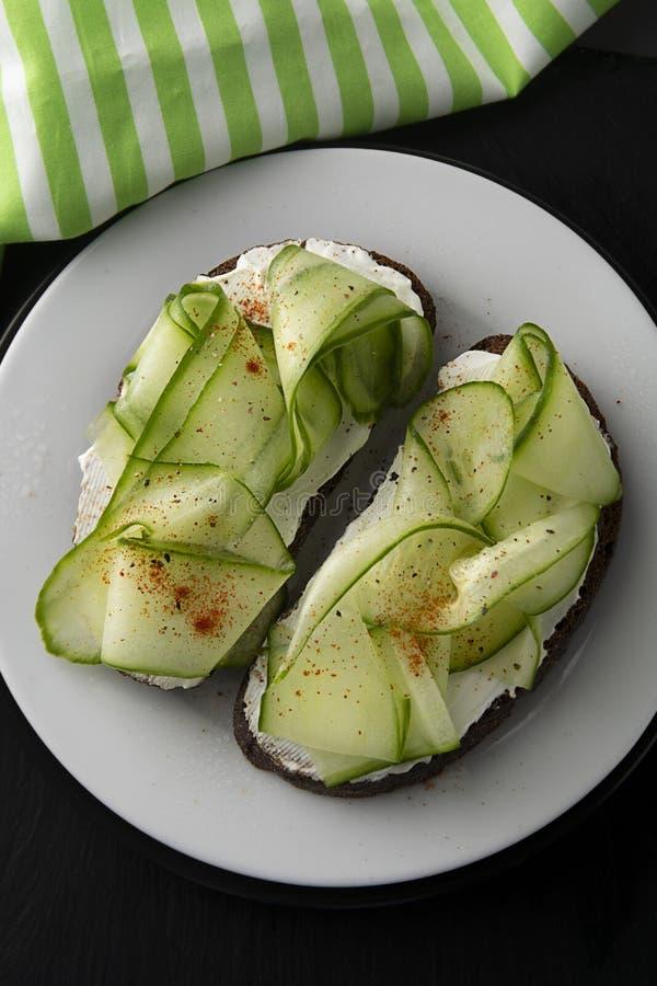 Сандвич огурца здоровая заедк Сыр сэндвича со сливками, огурец, служил на плите Символическое изображение Концепция для вкусного  стоковое фото