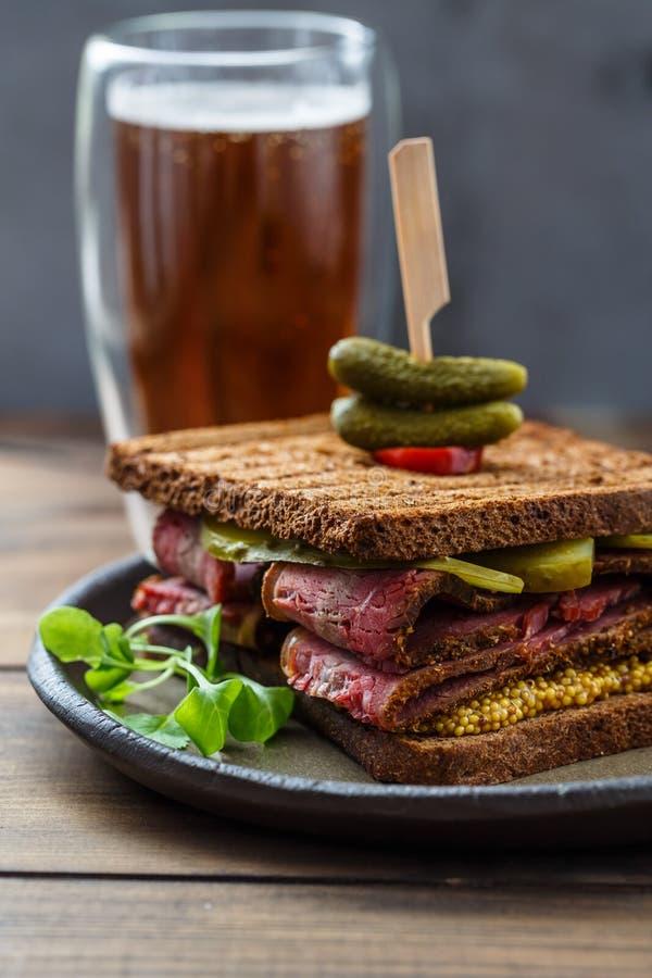 Сандвич пастромы с мустардом и соленьем стоковые изображения rf