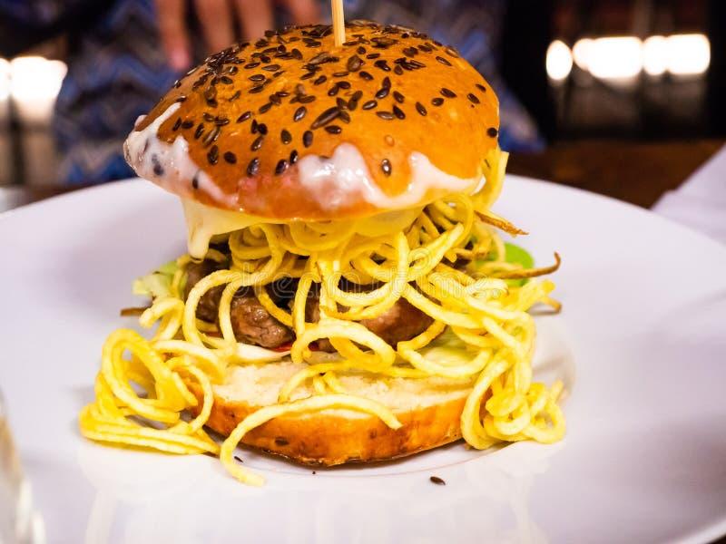 Сандвич с бургером говядины и сериями фраев стоковая фотография
