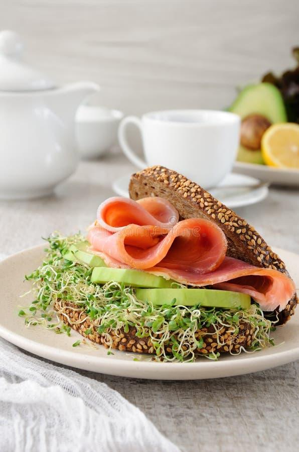 Сандвич с ветчиной и авокадоом стоковые фотографии rf