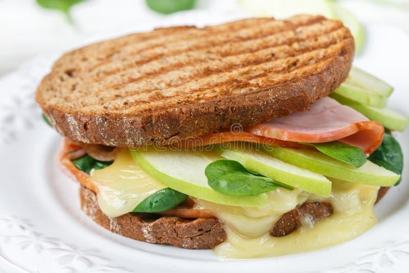 Сандвич с ветчиной, сыром или камамбером бри, шпинатом, Яблоком и мустардом стоковая фотография rf