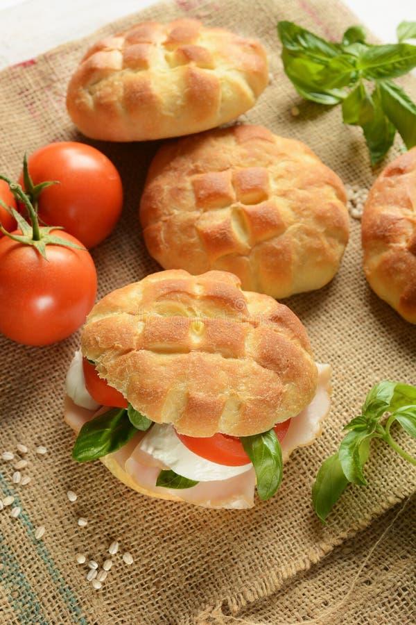 Сандвич с грудью индюка, моццареллой и томатом стоковое фото rf