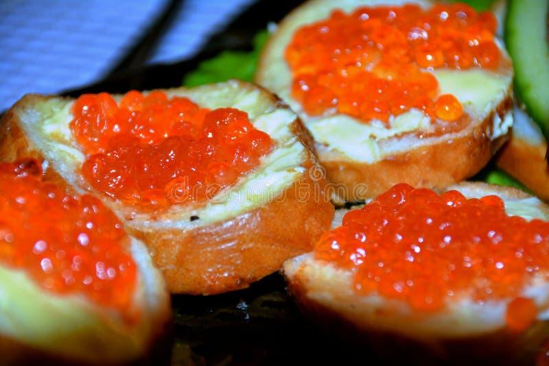 Сандвич с красной икрой стоковое изображение rf