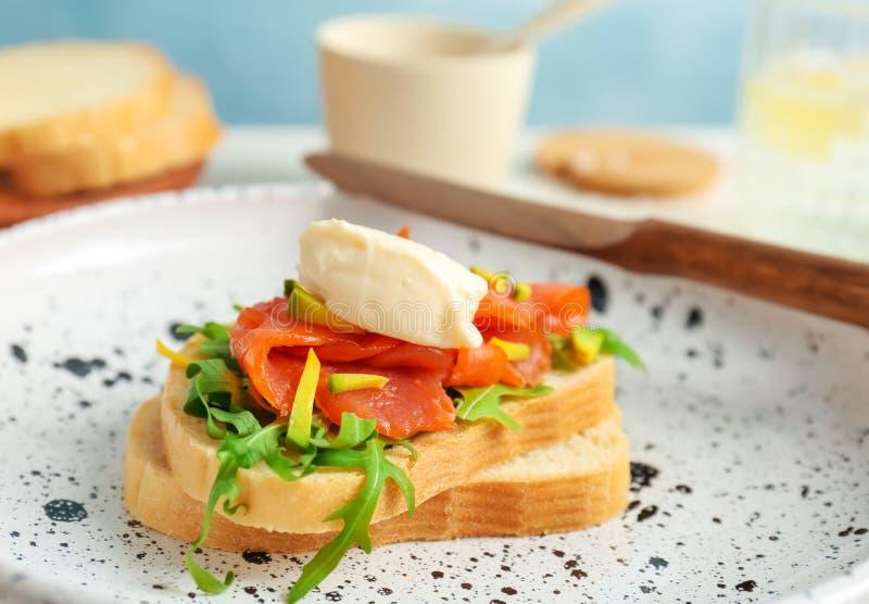 Сандвич с свежими отрезанными salmon филе и авокадоом стоковые изображения