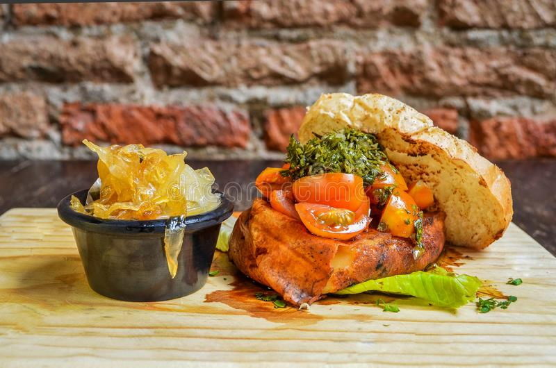 Сандвич тунца с луком стоковая фотография