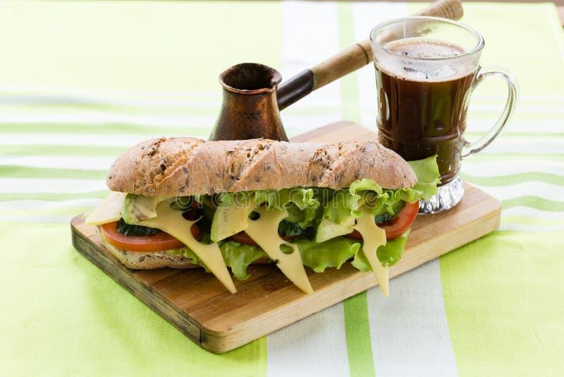Сандвич фитнеса с авокадоом и сыром и черным кофе стоковое фото rf