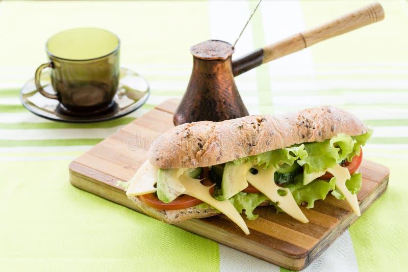 Сандвич фитнеса с авокадоом и сыром и черным кофе стоковое фото